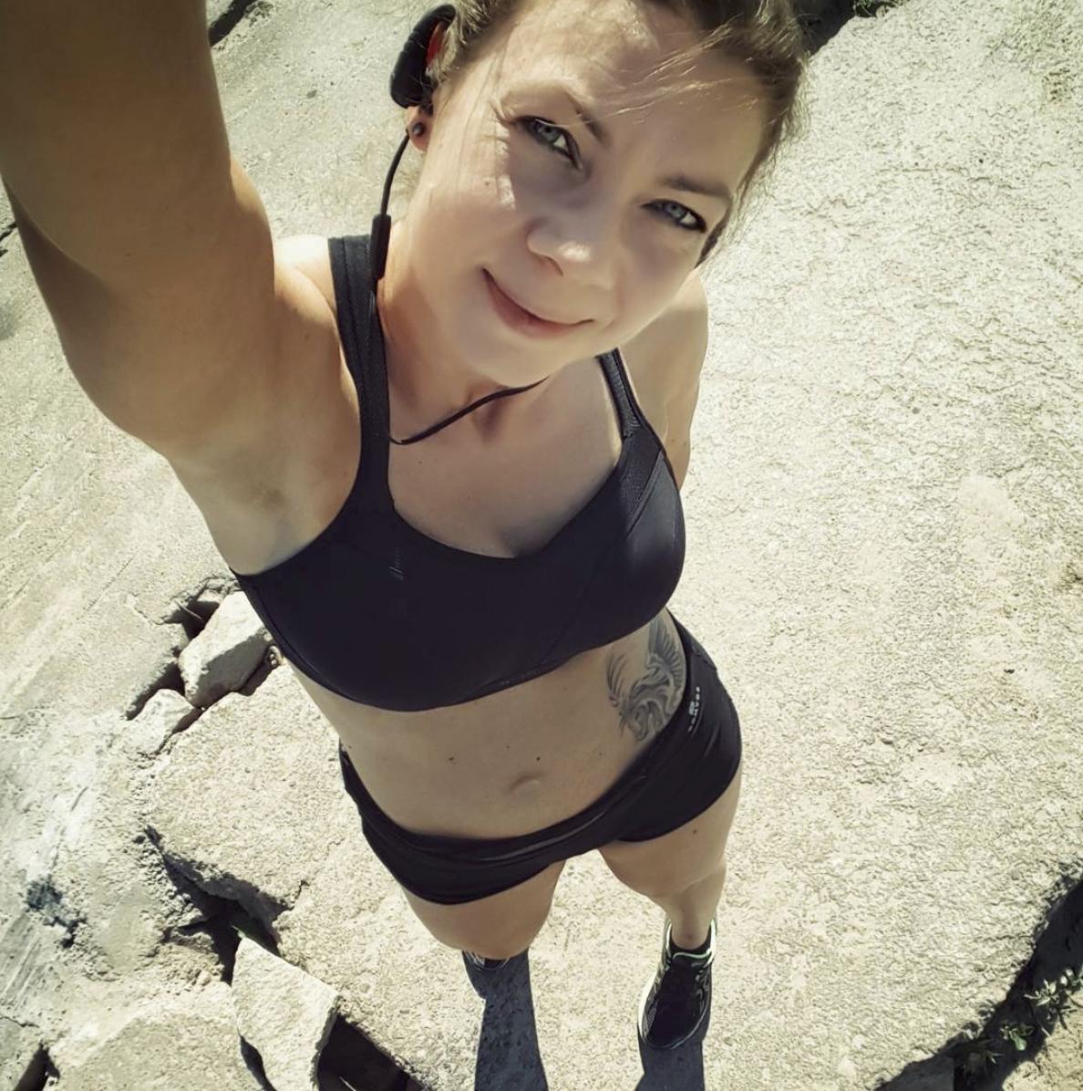 Joanna Tokarska w biustonoszu sportowym Panache Sport i szortach