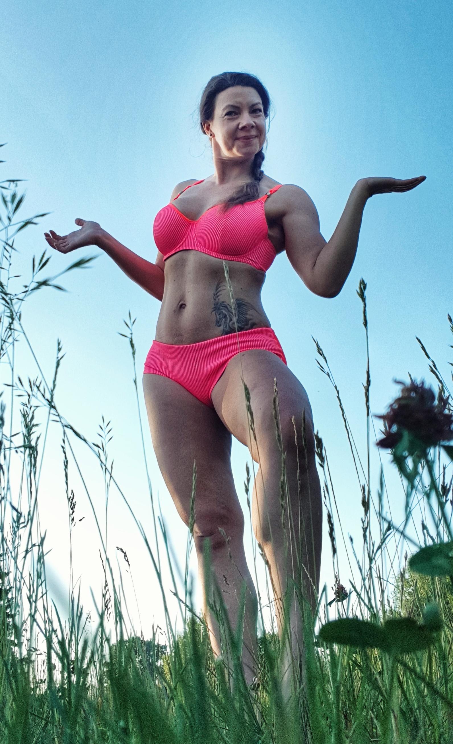 Joanna Tokarska pozuje na stojąco w kostiumie kąpielowym