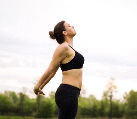 Joanna Tokarska demonstruje otwarcie klatki piersiowej oraz złączenie rąk z tyłu