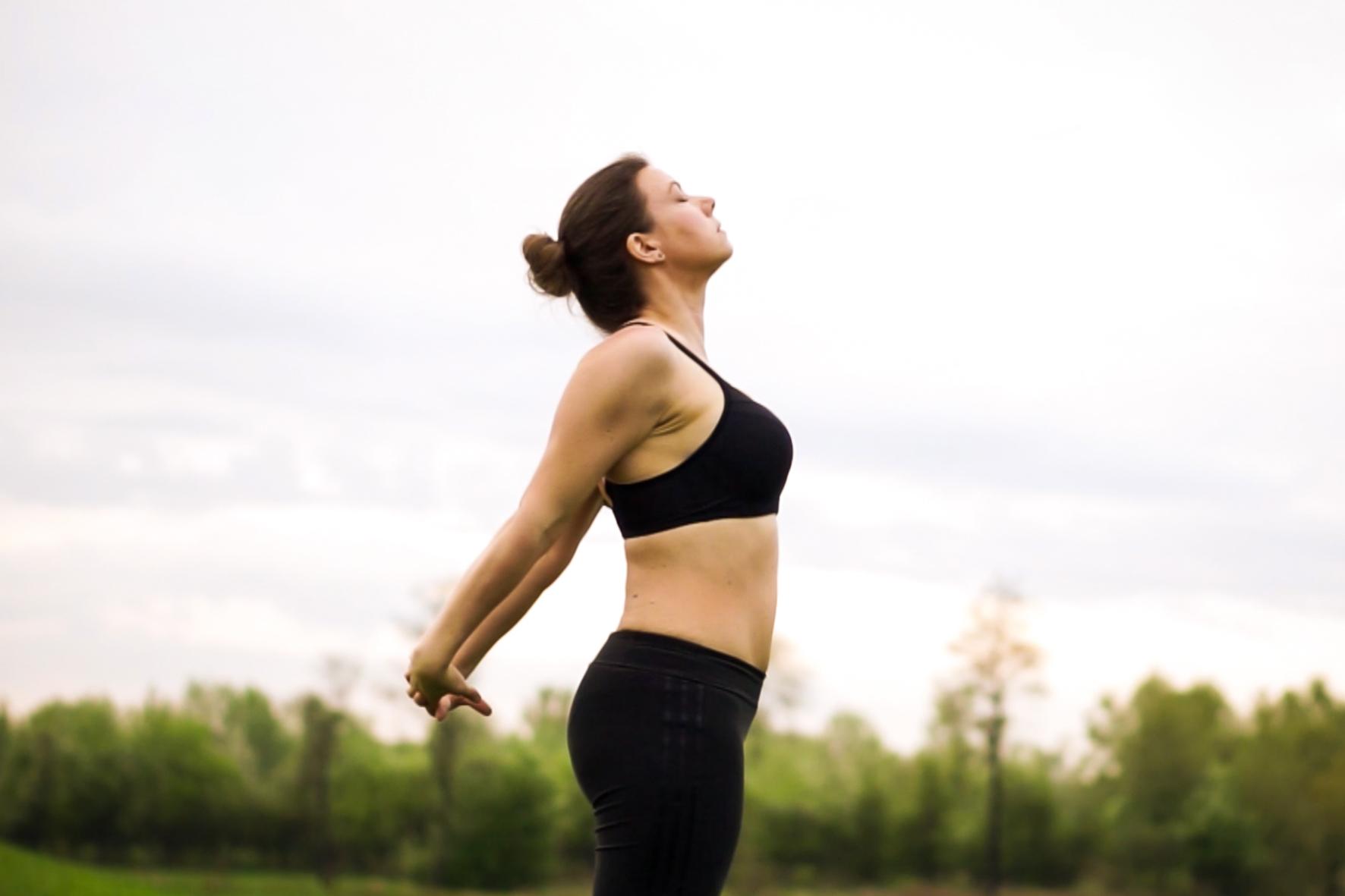 454d555faffd57 Joanna Tokarska demonstruje otwarcie klatki piersiowej oraz złączenie rąk z  tyłu